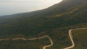 Дорога вида с воздуха в горах джунглей Остров Филиппины Camiguin видеоматериал