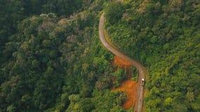 Дорога вида с воздуха в горах джунглей Остров Филиппины Catanduanes сток-видео