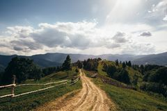 Дорога водя к верхней части горы Стоковые Фотографии RF