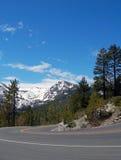 Дорога вокруг Лаке Таюое с снегом Стоковое Изображение