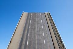 Дорога водит сразу вверх в голубом небе, концепции на будущее Стоковое фото RF