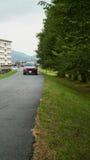 Дорога выполняет с деревом Сакуры в городе Yamaguchi, Японии Стоковое Фото