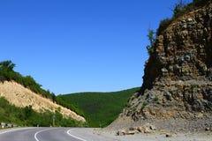 Дорога в горах на красивый летний день стоковое изображение rf