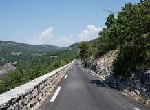 Дорога в зеленом цвете Люберона, Провансаль, Франция Стоковые Изображения