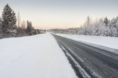 Дорога в зиме на зоре Стоковые Изображения RF
