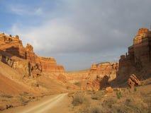 Дорога в красном национальном парке Charyn каньона (Sharyn) стоковые фотографии rf