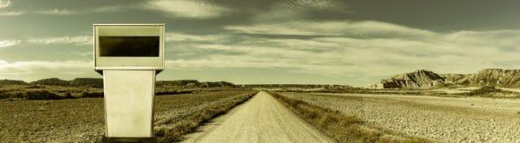 Дорога в ландшафте пустыни с бензонасосом стоковое фото rf