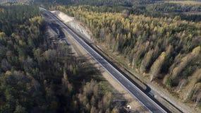 Дорога в лесе осени путешествуя в северном лесе стоковое фото rf