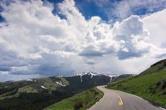 Дорога в национальном парке Йеллоустона Стоковое фото RF