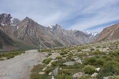 Дорога в долину Zanskar, Ladakh, Индию стоковые фотографии rf