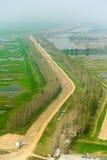 Дорога вдоль поля сельской местности фарфора Стоковое Изображение