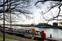 Дорога вдоль пристани с шлюпками в старом городе Нидерландов Стоковые Фото