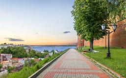 Дорога вдоль стен Nizhny Novgorod Кремля Россия Стоковые Изображения RF