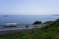 Дорога вдоль тиши залива vladivostok стоковая фотография