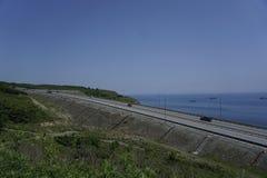 Дорога вдоль тиши залива vladivostok стоковое фото