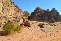 Дорога в песках водя к горам Стоковое Изображение