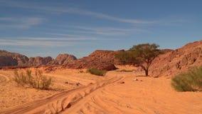 Дорога в пустыне против фона гор и голубого неба акции видеоматериалы