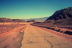 Дорога в пустыне среди гор стоковое изображение