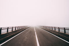 Дорога в тумане стоковое изображение