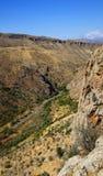 Дорога в ущелье горы, ландшафте вокруг монастыря  стоковое изображение
