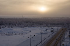 Дорога в улице зимы северной Вечер, заход солнца Стоковые Фотографии RF
