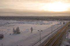 Дорога в улице зимы северной Вечер, заход солнца Стоковые Фото