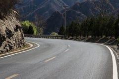 Дорога в mountains_horizontal Стоковые Фото