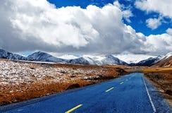 Дорога гористой местности к Daocheng, Китаю Стоковое Изображение
