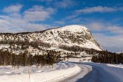 Дорога горы в зиме, на горе Loefjell в Setesdal, Норвегия Стоковые Фотографии RF