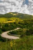 Дорога горы в утре над деревней стоковые фото