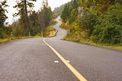 Дорога горы замотки в тумане осени Стоковое фото RF