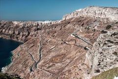 Дорога горы змейчатая на Santorini стоковое изображение