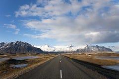 Дорога & горы, Исландия Стоковые Изображения