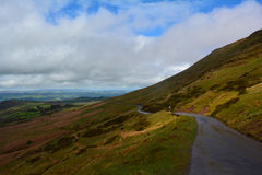 Дорога горы и панорамный взгляд к холмам, маякам Brecon, Уэльсу, Великобритании Стоковые Изображения