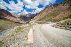 Дорога горы идя от пропуска Barskoon Стоковая Фотография RF