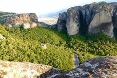 Дорога горы между утесами стоковое фото rf
