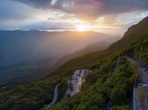 Дорога горы на предпосылке захода солнца Дорога к монастырю Ostrog r стоковое изображение