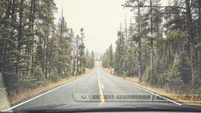 Дорога горы ненастная увиденная через лобовое стекло Стоковая Фотография RF