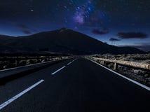 Дорога горы ночи Ночное небо с млечным путем и звездами стоковые изображения