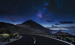 Дорога горы ночи Ночное небо с млечным путем и звездами стоковое фото rf