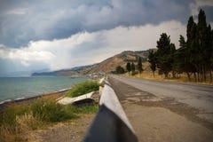 Дорога горы около моря в крымских горах в лете стоковые фотографии rf