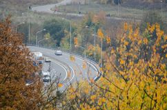 Дорога горы сверху во времени осени гор стоковые фото