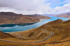 Дорога горы снега озера Тибет Yamdrok Стоковое Изображение