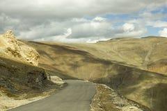 Дорога горы с тенью от облаков стоковая фотография rf