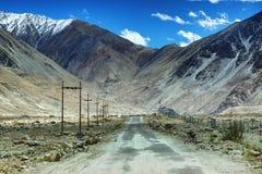 Дорога, горы Leh, Ladakh, Джамму и Кашмир, Индия Стоковые Изображения RF
