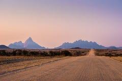 Дорога гравия к Mt Spitzkoppe стоковые изображения rf
