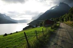 Дорога гравия через горы Норвегии Стоковые Фотографии RF