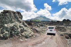 Дорога гребня кальдеры среди взгляда потухшего кратера volca Стоковые Изображения