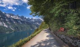 Дорога дальше lakeshore и горы Альп стоковые фотографии rf