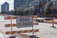 Дорога закрыла подписывает внутри городского Ирвинга, Техаса, США Стоковая Фотография